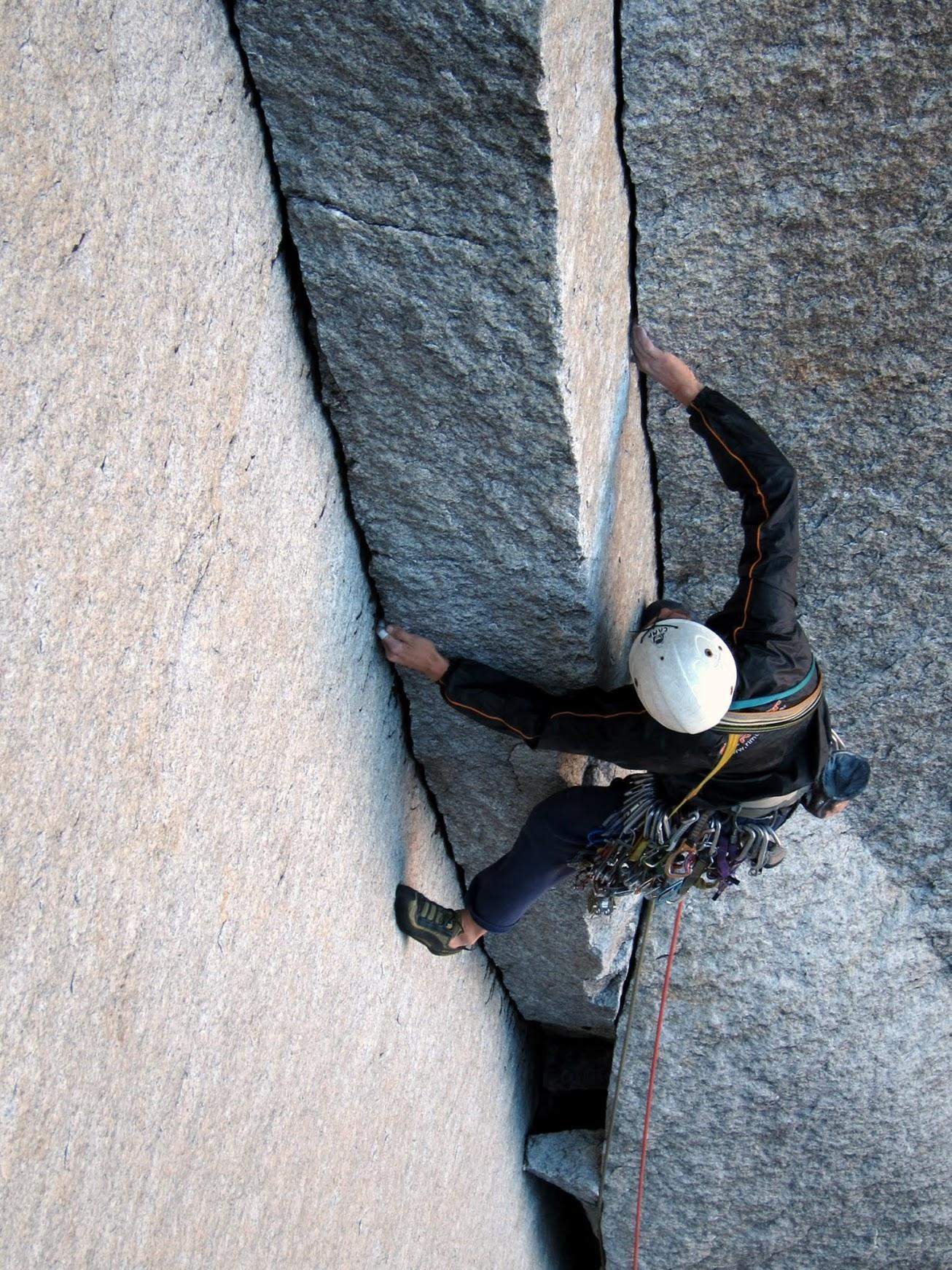 Ezequiel Manoni en el 1° largo de Doña Debora Dedos (5.12, 420 m) sobre la Pared del Atardecer en Anfiteatro. © Daniel Seeliger