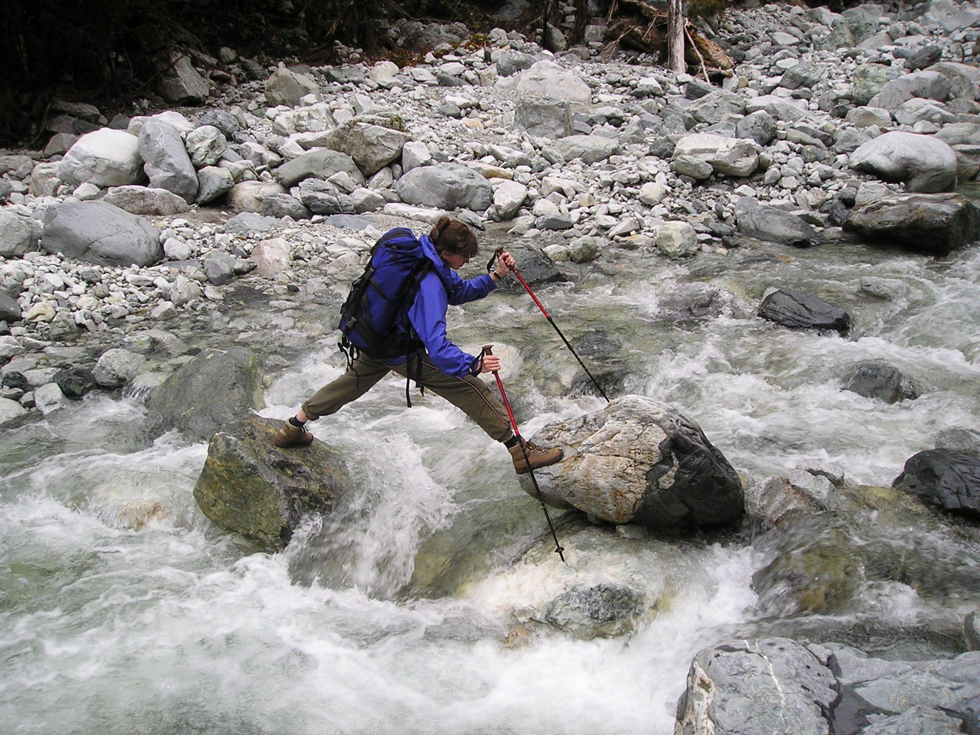 Cruzando el Río Piedra en el tramo del Centro de Visitantes - La Junta sin usar el puente colgante.