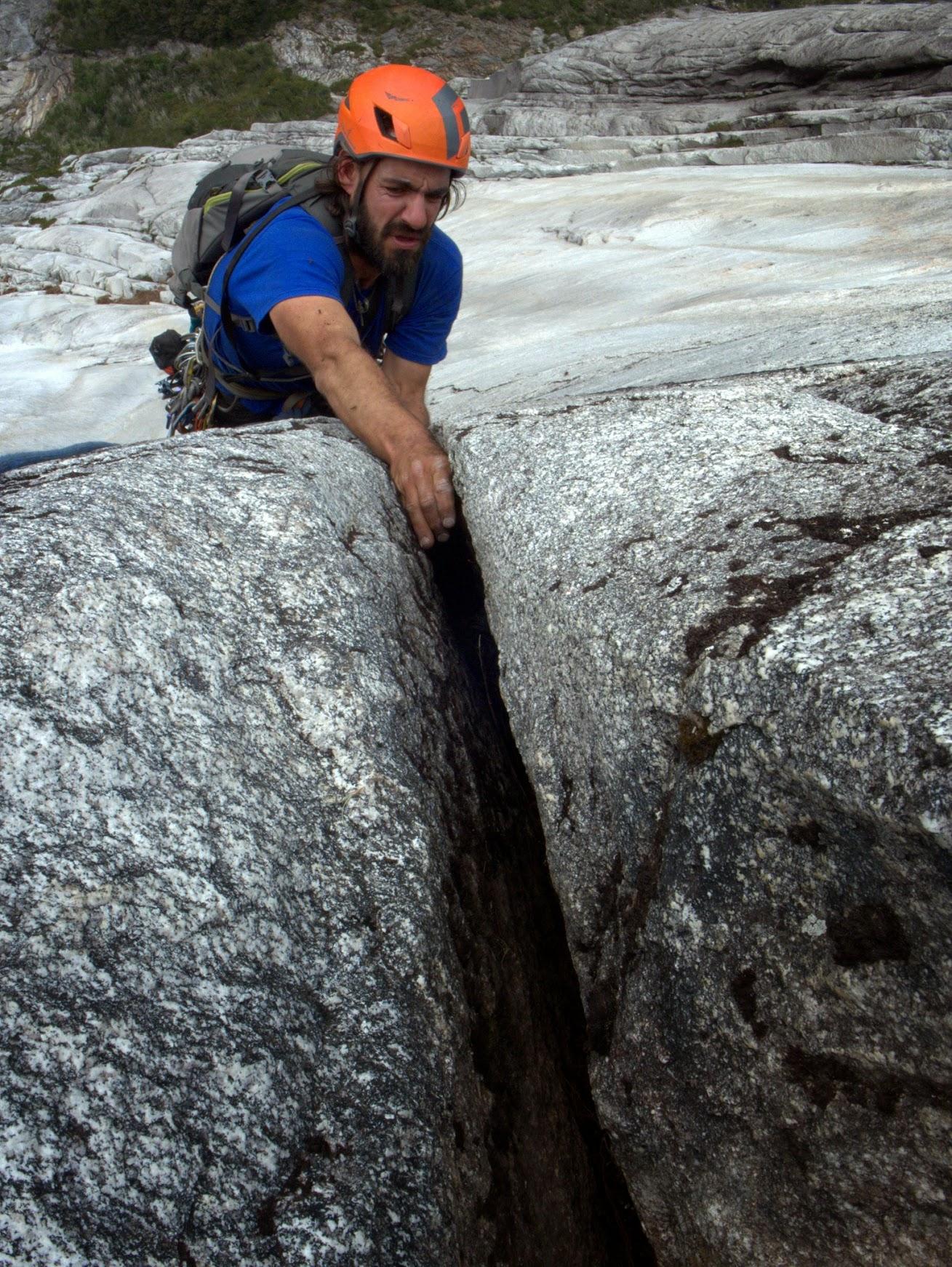 Chance Traub sube Positive Affect (5.12b, 975 m) sobre la pared del Arco Iris. © Drew Smith