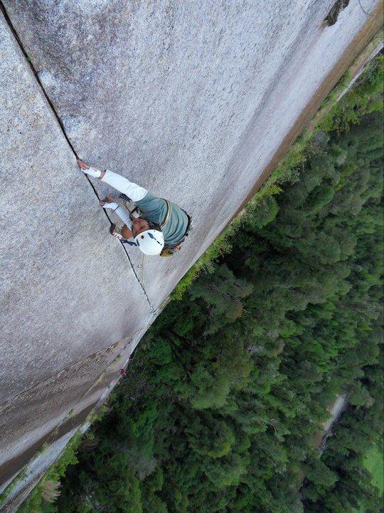 Sube la fisura de dedos de Apnea (5.10b, 80 m) cerca al Camping La Junta.
