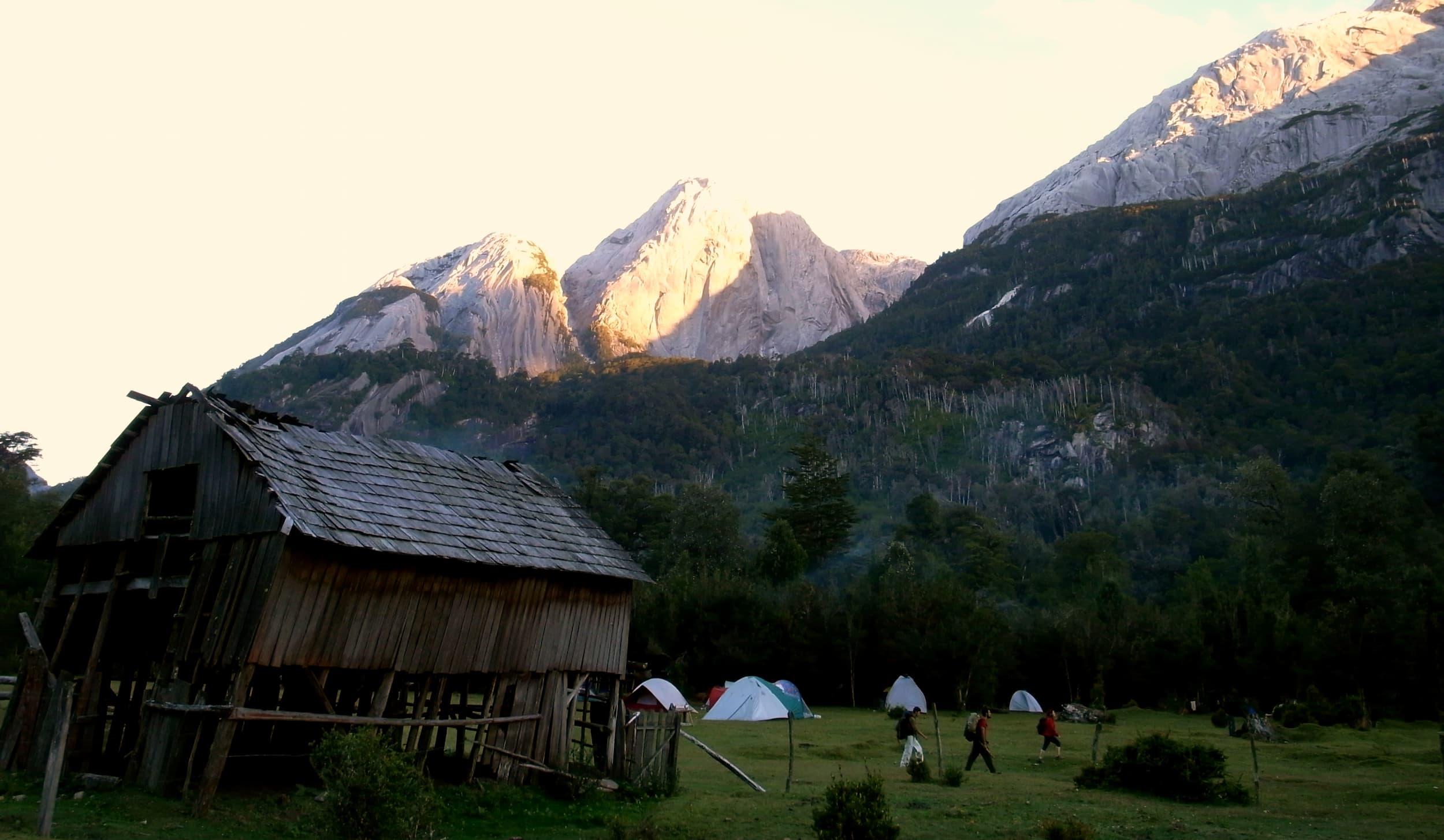Camping La Junta y arriba en el fondo Cerro Trinidad.