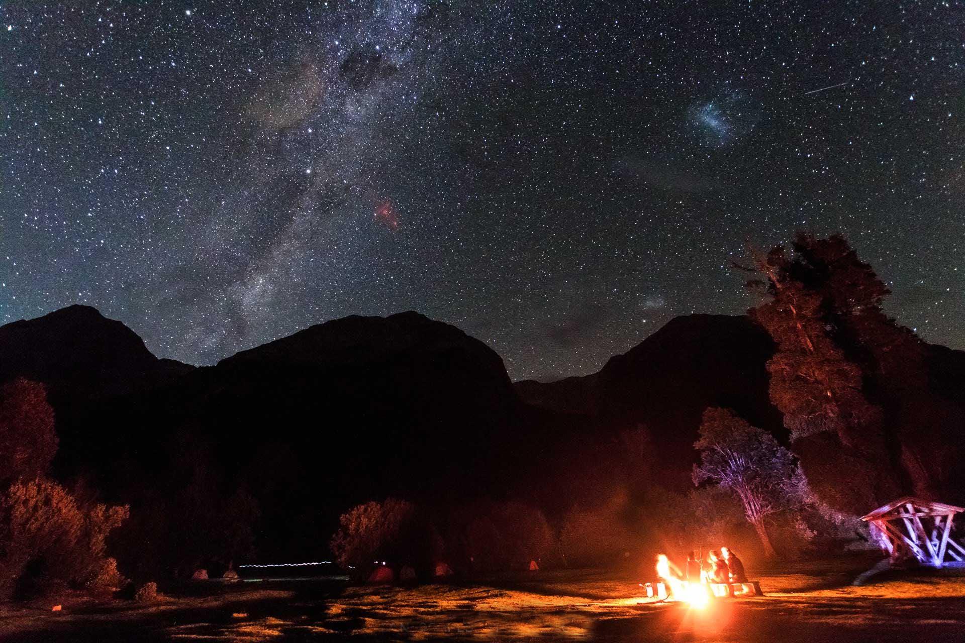 Una noche de puras estrellas y fuego. Los fuegos solo están permitidos durante momentos específicos durante la temporada fuera de los meces enero y febrero cuando corre más riesgo de incendios.