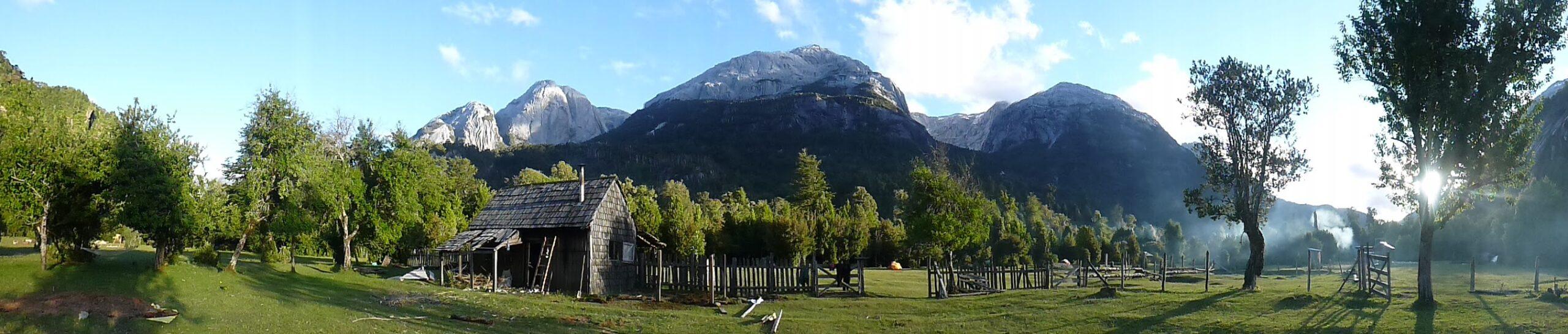 La casa vieja del Camping La Junta, su pampa y los cerros de granito que la rodea.