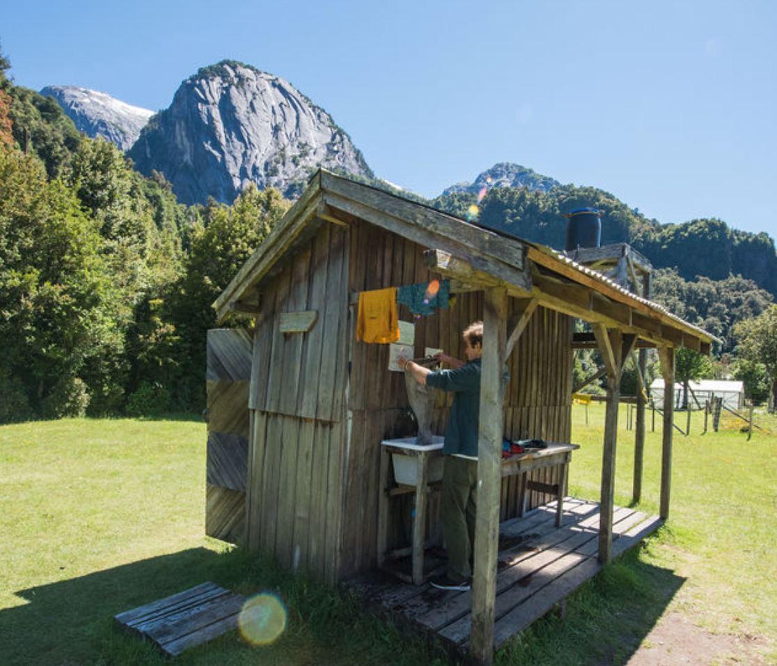 Duchas solares y un lavadero en el Camping La Junta.